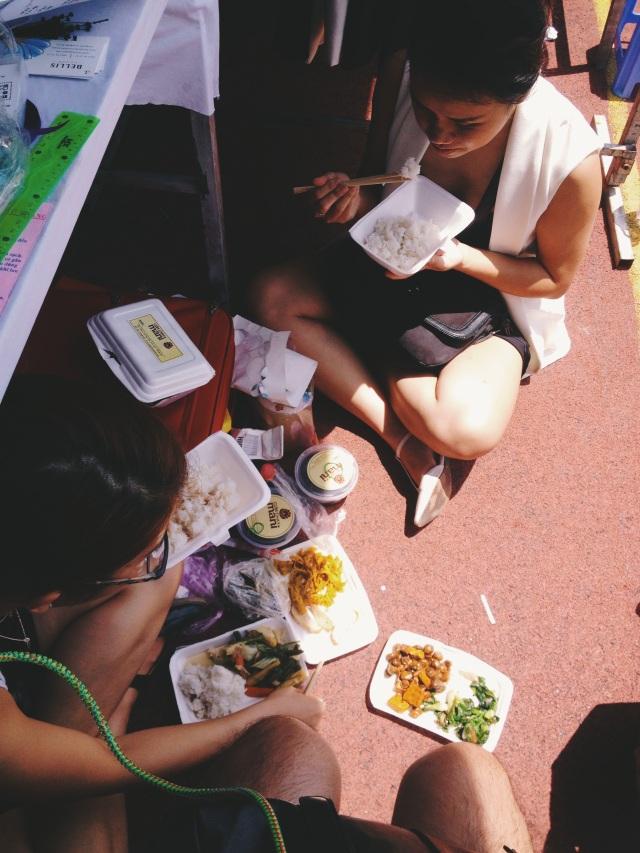 mấy chị em ngồi ăn cơm dưới gầm bàn và trong cái nắng như thiêu - ăn chay nguyên ngày hôm nay đấy (y) hiếm lắm mới có ngày thế này.